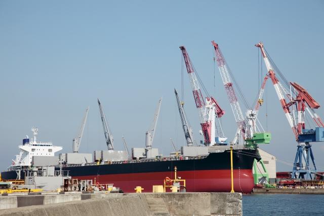 港の貨物船