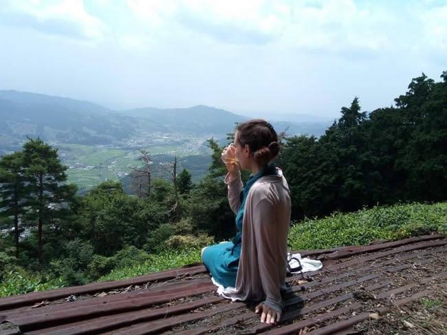 お茶畑で休憩する