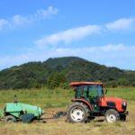 農作業中のトラクター